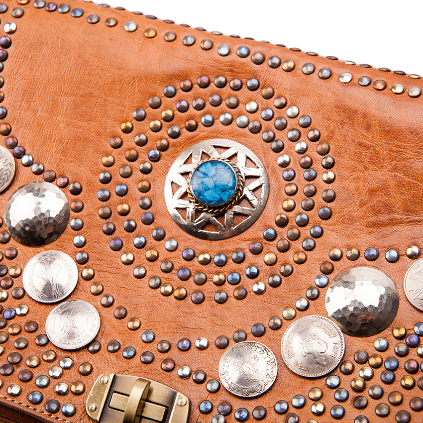 Leren clutch met steentjes munten bohemian style leren clutch Ibzia stijl munten stenen exclusieve leren clutch Luxe leren tassen Doenya Tastefultas.nl